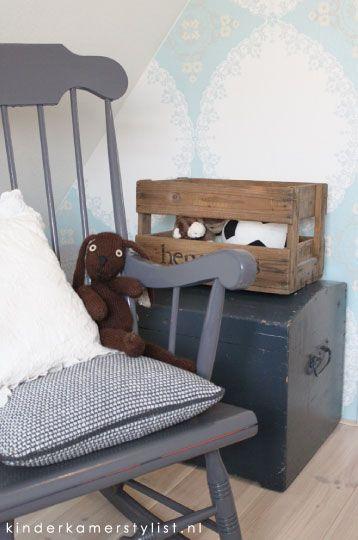 Simpel, maar wat een sfeer! Stoer! (http://www.kinderkamerstylist.nl/sites/default/files/Babykamer-jongen.jpg)