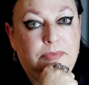 De zwarte excentrieke eyeliner van Inez Weski is haar personal brand.