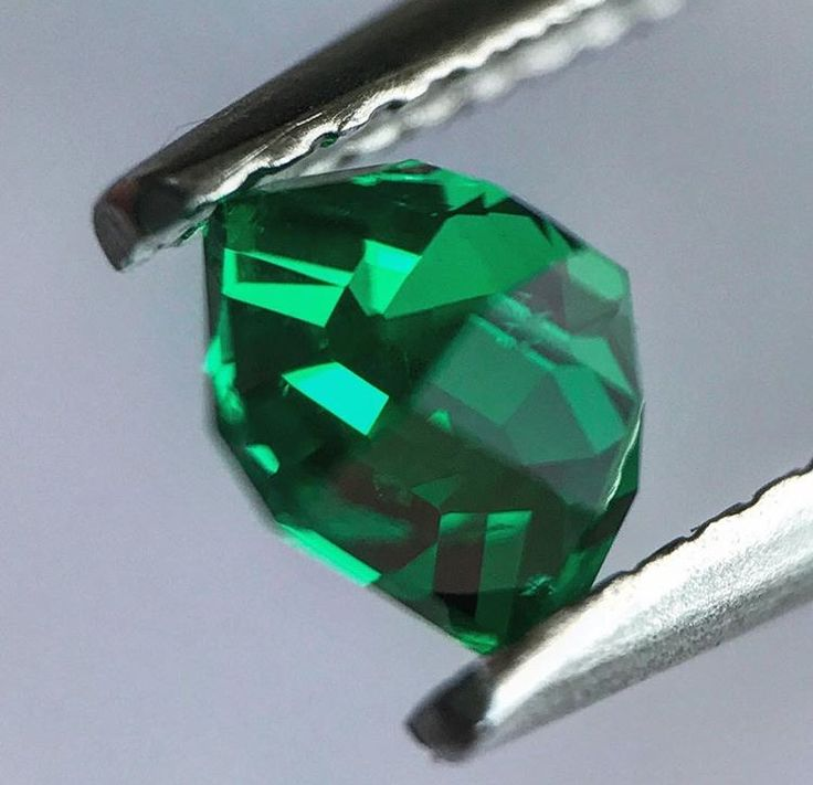 Perfectly cut no-oil Colombian emerald - gem quality