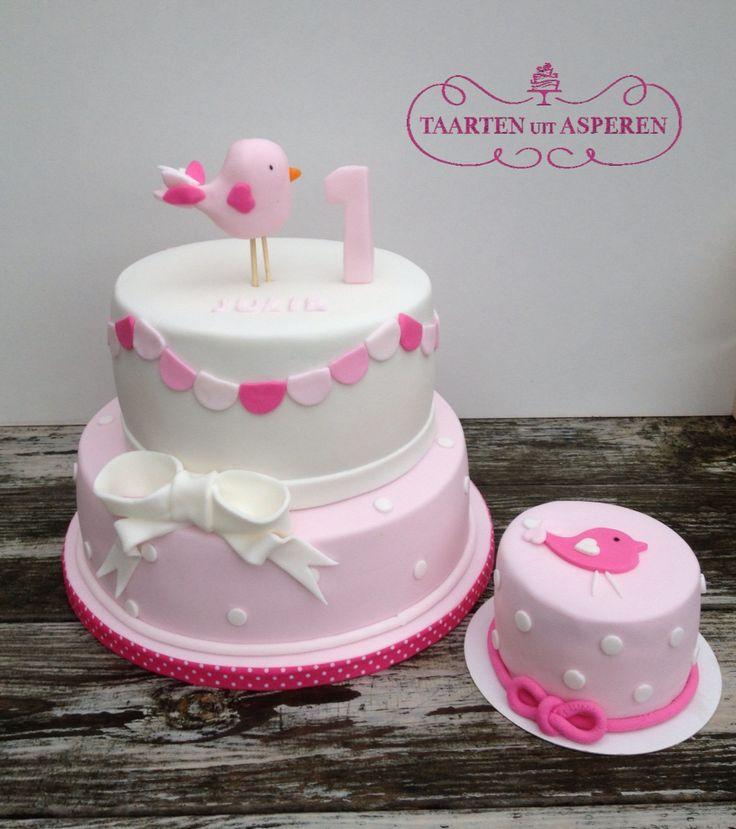 Lieve roze meisjes taart met schattig vogeltje zachtroze