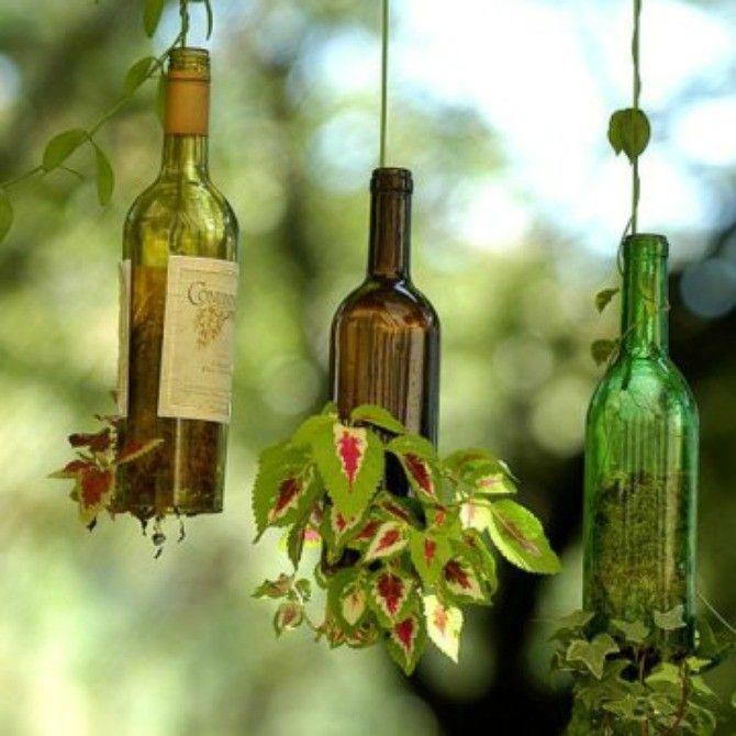 Il fait beau, le soleil est de retour...allons jardiner !<br />Voici les 10 bonnes idées de récup pour embellir votre jardin. On commence avec une déco de jardin pas chère et simple à réaliser chez soi : les bouteilles enracinées (idée de RecyclArt )