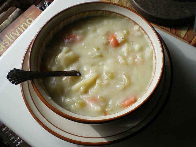 La ricetta facile per preparare la zuppa alle cipolle rosse e patate: ottima per una cena corroborante