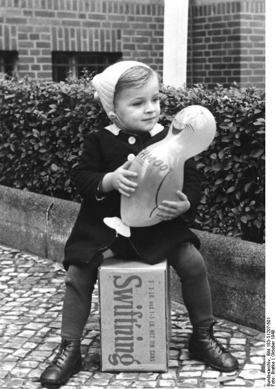 Bundesarchiv Bild 183-S1207-501, Westberlin, Kind sitzt auf Care-Paket - CARE-Paket – Wikipedia