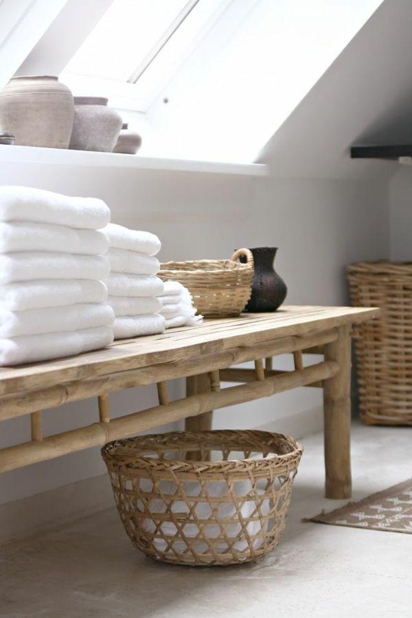 une salle de bain sous le toit avec meubles bas
