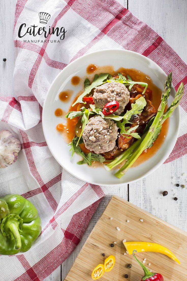 Pulpeciki wołowe z orzechami podane z rukolą oraz ratatuj warzywnym.