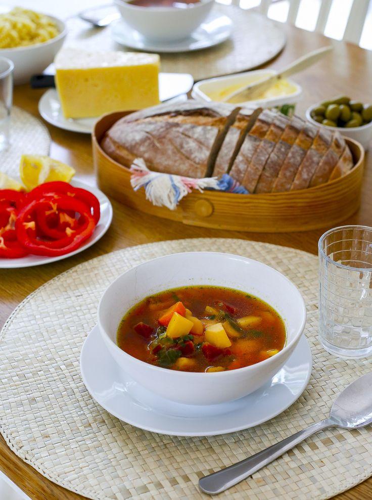 En höstig soppa full med goda rotfrukter. Kombinationen av palsternacka, kålrot, potatis och morot är så gott.Stärkande och värmande!
