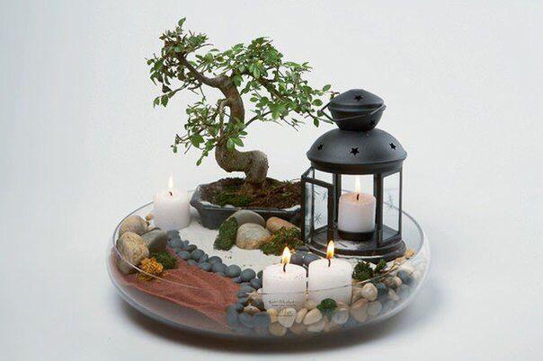 Мини сад  • глубокое блюдо из прозрачного стекла большого диаметра, • небольшое деревце, типа бонсай, • гладкая галька разных цветов и размеров, • мелкий речной песок, красного и белого цвета, • мох, искусственный, • подсвечник-фонарь, свечи.