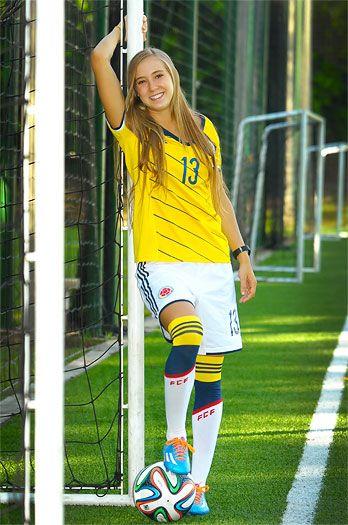 """""""El dueño de mi corazón es el balón"""": Nicole Regnier es la delantera de la Selección Colombia Sub-20 que tiene suspirando a más de uno. Entrena cinco horas diarias y es clara al asegurar que su nivel de juego le importa mucho más que su apariencia."""