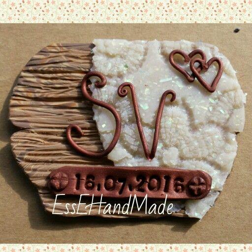Calamita bonboniera completamente fatta a mano effetto legno e pizzo macramè lettere e data con paste  color rame