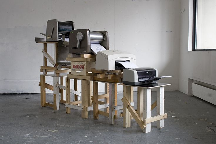 Xavier Antin Chaîne d'impression de 4 imprimantes de bureau. MAGENTA (Stencil duplicator, 1880)CYAN (Spirit duplicator, 1923)BLACK (Laser printer, 1969)YELLOW (Inkjet printer, 1976)