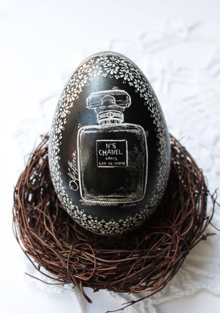 Nagroda w konkursie wielkanocnym-gęsia pisanka czarna z wygrawerowanym flakonem perfum Chanel No. 5