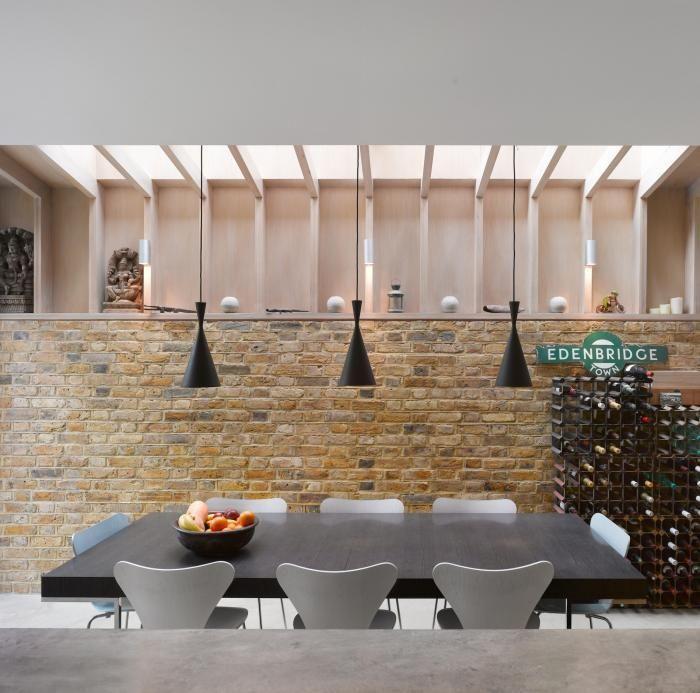 Tom Dixon tall beat lights in modern London kitchen with brick wall and eat-in kitchen. Stukje ruwe steen muur