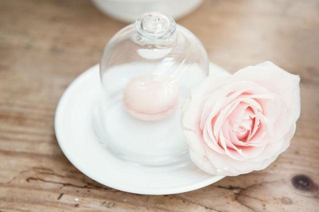 Schattige manier om je macarons te serveren #bruidstaart #macarons #bruiloft #trouwen #inspiratie #wedding #cake #pie Stijlvolle bruiloft in Wassenaar | ThePerfectWedding.nl | Fotografie: Sanne van de Berg Fotografie | Bruidstaart: Maison Kelder