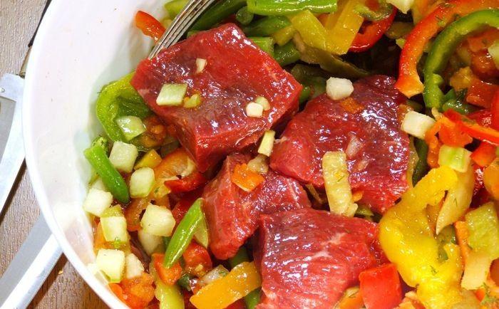 Mimo tego, że wegetarianizm stał się dla niektórych sposobem na życie, większość z nas dalej regularnie spożywa dania mięsne. Przeciwnicy diet wegetariańskich przekonują, że białko z mięsa można zastąpić innymi składnikami spożywczymi.