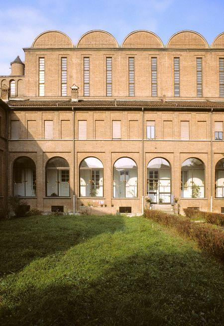 Cortile interno e visione dell'ambulacro della Chiesa del santuario di S. Antonio a Cremona (1936-1939) di Giovanni Muzio.