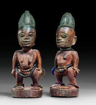 """34 Figurenpaar, """"ibeji"""" Yoruba, Nigeria H je 22,5 cm   Provenienz: Schweizer Privatsammlung, Zürich.  Über Zwillinge wurde schon immer gerätselt: Vergöttert oder verteufelt, in Legenden und Mythen, ja sogar in der Astrologie finden wir die Paare als Ausdruck der Faszination, die von ihnen ausgeht. So auch bei den Yoruba im Südwesten Nigerias, welche nachweislich die weltweit höchste Zwillingsgeburtenrate für sich beanspruchen können."""