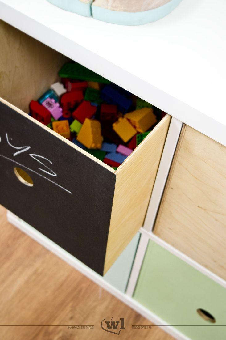 Pudełko wykonane ze sklejki, idealnie pasujące do regałów z serii Ikea Expedit i Kallax. Można po nim pisać kredą.