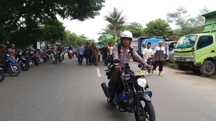Bhabinkamtibmas Polsek Bontang Utara Kawal Jenazah Menuju TPU Bontang Kuala