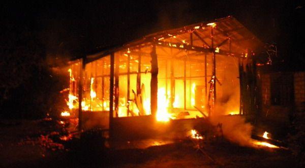"Tiga Rumah di Pontianak Hangus Terbakar http://indonesiatoday.id/wp-content/uploads/2017/03/image-1-133.jpg  MALANGTODAY.NET– Tiga unit rumah warga di Jalan S Parman, Gang Waru, Kecamatan Pontianak Selatan, hangus terbakar pada Jumat (24/03) sekitar pukul 09.00 WIB. Kobaran api muncul diduga akibat hubungan arus pendek listrik. ""Kejadian kebakaran yang menghanguskan tiga rumah warga tersebut, sempat terdengar letupan kembang api di salah satu rumah yang te"