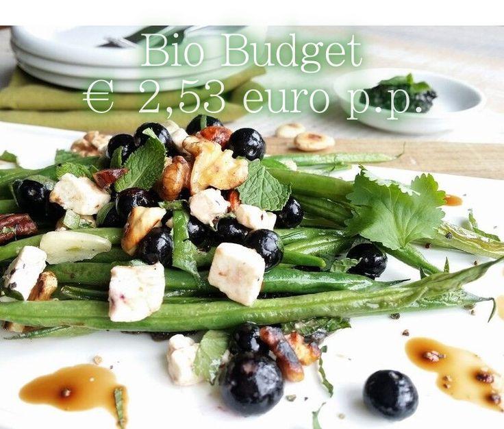 """""""Deze week krijg je van mij een gezond groentegerecht vol vezels, vitamines en antioxidanten dankzij de blauwe bessen. De gemengde noten geven dit gerecht bovendien een lekkere bite."""" Sandra's vorige recept gemist? Hier vind je haar biobudget gestoofde venkel gerecht Biobudget Sperziebonen met BlueBerry-Salsa en feta Glutenvrij (Met een lactosevrije/vegan variant onderaan) 4 personen € …"""