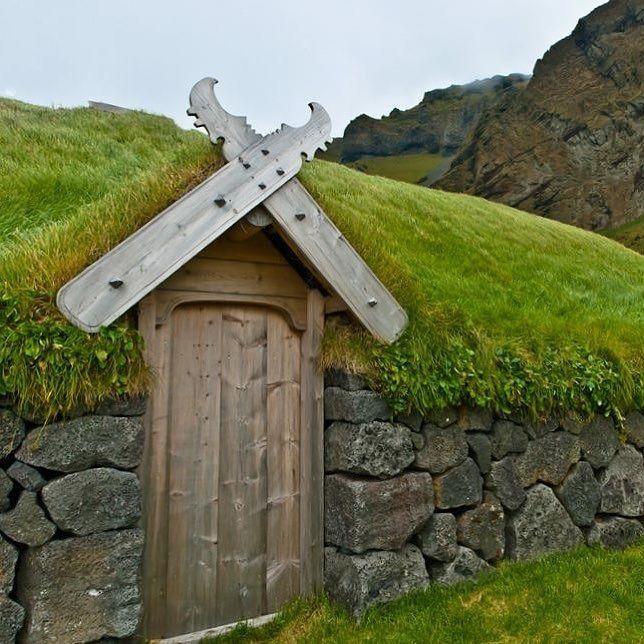 Aynı anda hem barbar hem de sanatkar olmayı başarmış ilginç bir kuzey uygarlığı olan Vikinglerin kapı detaylarında savaşçı ruhlarının yansımalarını rahatlıkla görebiliriz #sur #surçelikkapı #nerd #door #vikings #viking