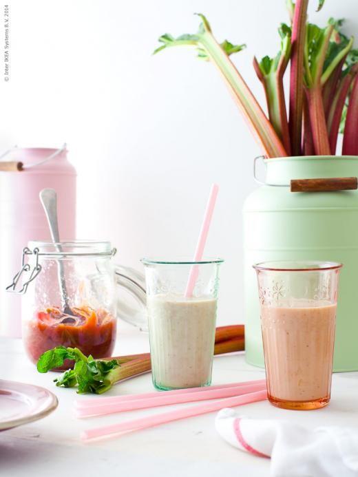 Rabarbersmoothie i KROKETT glas i ljusrosa och grönt, KORKEN burk, SOCKER vas i rosa och grönt, SOMMARFINT sugrör.