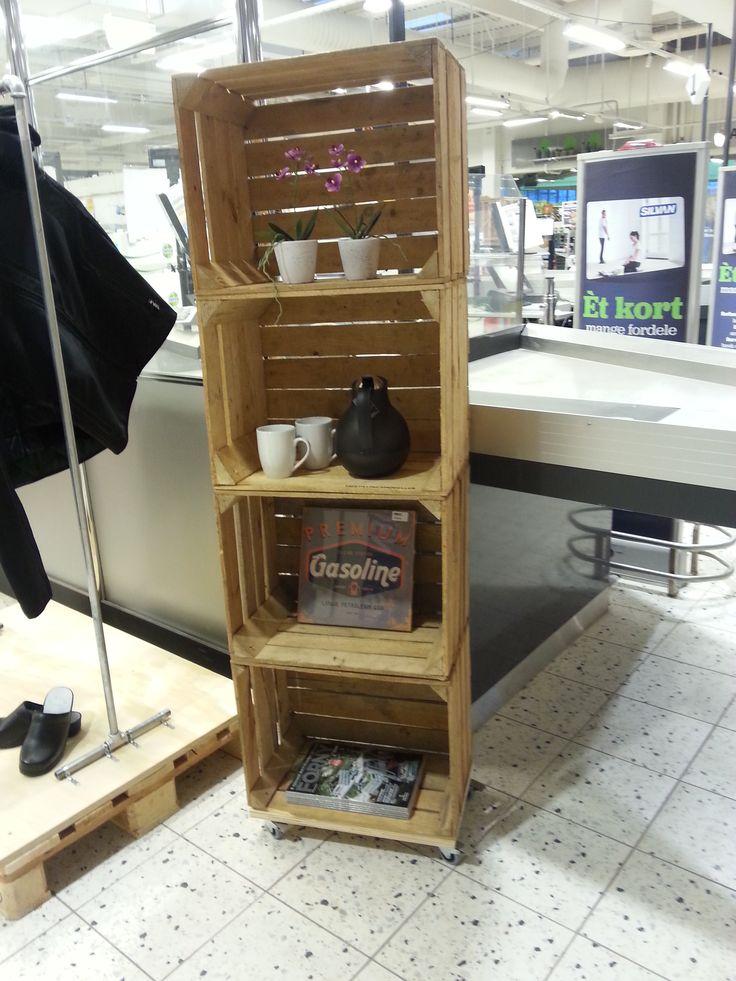 Reol af stablede æblekasser - fra butikken i Tilst
