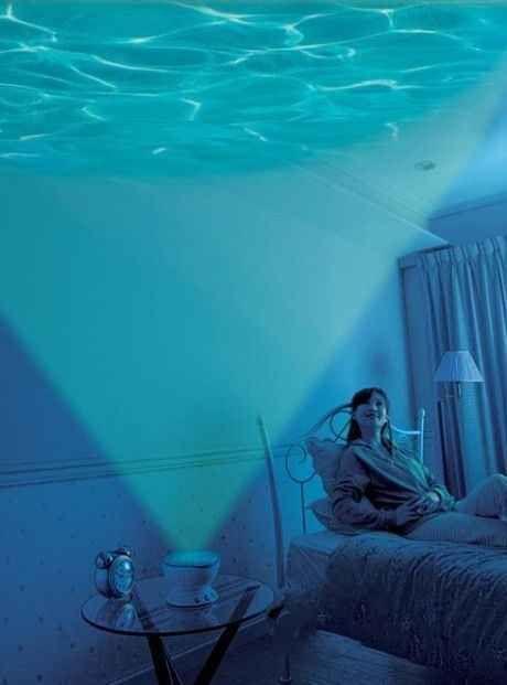 Este proyector y bocina de olas del mar.