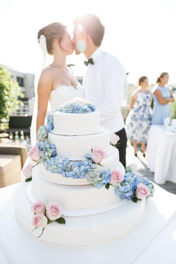 wedding cake blue pink ♥ Hochzeitstorte weiss, blau, rosa mit Hortensien, Foto: Hochzeitslicht, Berlin