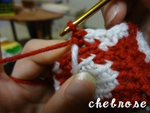 かぎ針編みで編みこみ模様を編むときは、頻繁に毛糸の色を変えます。 その際、毎回糸を切らずに、かつ編地の裏側に糸がわたらないように 文字通り複数色の「毛糸を毛糸でくるみながら」編んでいく方法です。 1色の糸で編むより、編地がしっかりするのが特徴です。 編み物本などを見ながら見よう見まねなので 自己流なのですが、かぎ針編みのご参考になれば幸いです。