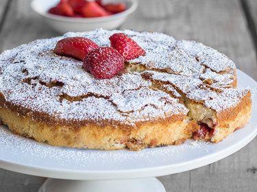 Buttermilch-Kuchen mit Erdbeeren