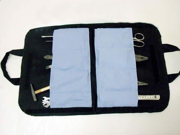 Para uso pessoal ou para presente, aprenda a fazer esta prática sacola para guardar ferramentas.   Pote de 8 cm de diâmetro (não precisa ser exato) 30 cm de brim azul-claro Manta acrílica com...