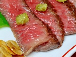 「フライパンで速攻3分♪ 「牛肉のたたき」」赤ワインと塩で下味を付けた牛のたたきでキザミわさびで戴きます。フライパンでの調理時間はたったの3分。簡単な割にはなかなか存在感のある1品になります。【楽天レシピ】