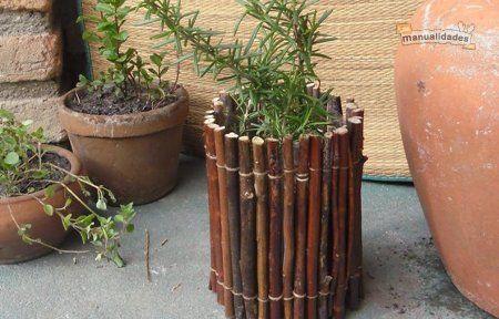 Esta semana en Arte en casa con Shimi vamos a utilizar ramas y botellas para hacer macetas artesanales. Les cuento que necesitaba varias macetas para plantar hierbas aromáticas, así que decidí hacer macetas recicladas con botellas, forrándolas con ramitas para que no se vea el plástico de la botella, que no aporta