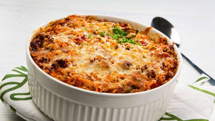 Ruskista jauheliha pannulla. Lisää kuutioitu sipuli ja hienonnettu valkosipuli ja kuullota hetki. Lisää timjami, paprikajauhe, suola ja pippuri.Lisää joukkoon tomaattimurskat ja keitä noin 15–20 minuuttia miedolla lämmöllä. Poista kaalista uloimmat lehdet ja kannat. Kuutioi kaali noin 3x3 cm paloiksi. Lisää kattilaan ½ dl oliiviöljyä ja kuullota kaalia miedolla lämmöllä noin 15 minuuttia, kunnes kaalista alkaa tulla läpikuultavaa. Mausta suolalla ja mustapippurilla ja ota pois liedeltä. Kun…