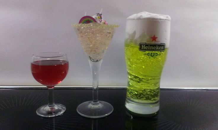 DIY kado ideetjes: gel in een glas, variaties: met rode bad en douchegel (bij Action), een cocktail met champagne kleurige gel (ook Action) en het al bekende glas bier met gele gel en scheerschuim. De glazen komen van de kringloop winkel.