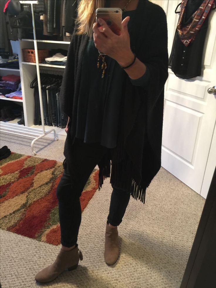 Blusa verde, jeans negros, botines y un poncho negro. Simple y de moda. Jo creen?