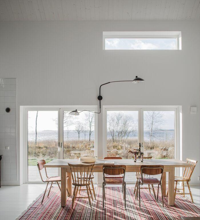 Une Maison En Bois Au Bord D Un Lac Dessinee Comme Une Grange Moderne Planete Deco A Homes World En 2020 Maison Bois Grange Moderne Maison