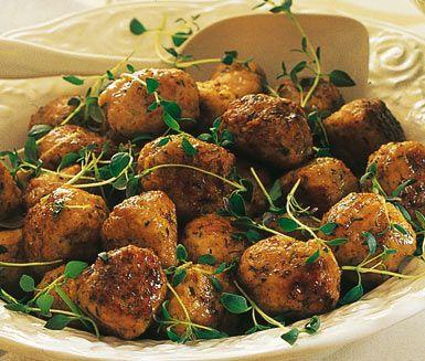 Goda bullar av kycklingfärs, gräslök, timjan, ströbröd och mjölk som passar lika bra på buffébordet som till din vardagsmiddag. Beräkna tillagningstiden för dessa kycklingbullar med örter till cirka 45 minuter.