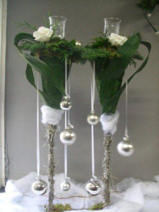 leuke glazen vazen met kerstdecoratie