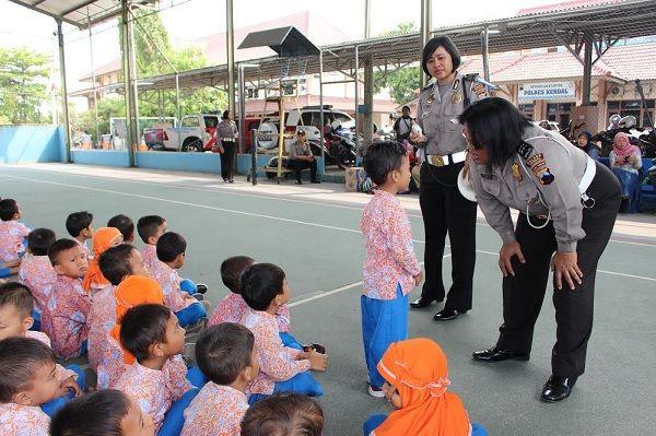 Tribratanews.com - Sebanyak ratusan siswa-siswi TK Aisyah Kendal dengan didampingi guru-gurunya mengunjungi Kepolisian Resor Kendal