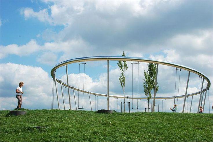 Parc de Hoge Welde àLeidsche Rijn, Utrecht aux Pays-Bas par Buro Sant en Co. Une balançoire géante est située au sommet de la plus haute colline. Assis su