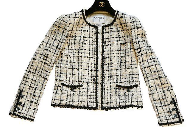 Este casaqueto é atemporal e foi criado por Coco Chanel nos anos 20. Pode ser feito de twed como o modelo ou de lãzinha, gabardine, sarja, feltro de lã, jacquard, microfibra…. Segue moldes dos tamanhos 38 ao 54.