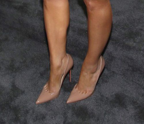 Maria Menounos long toe cleavage