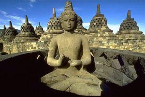 El templo de Borobudur es un templo antiguo Budista, cuya construcción incorpora en su diseño la mayoría de las ideas y simbologías que configuran el concepto humano de la religión, en sus diferentes expresiones espirituales. Según las mitologías y las Escrituras sagradas, estas representaciones incluyen las ideas del centro, de la montaña mítica sagrada, del árbol de la vida, la geometría sagrada que tiene un carácter esotérico, la orientación de los cuatro puntos cardinales, el ritual…