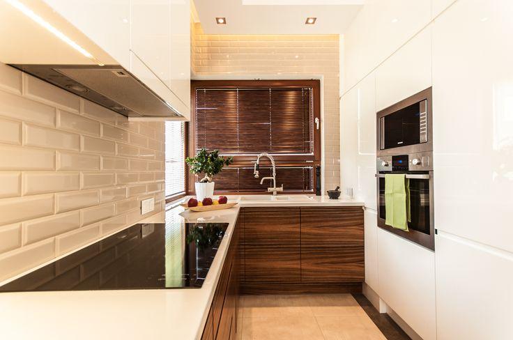 Biała kuchnia z elementami cegły i drewna  Projekt   -> Kuchnia Biala Matowa Z Drewnem