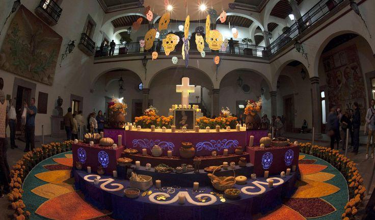 51028032. Querétaro, 28 Oct. 2015 (Notimex-Especial).- El tradicional Altar de Muertos que año con año se erige en la Plaza de Armas de esta ciudad está dedicado a la memoria de los benefactores doña Josefa Vergara y Hernández y Juan Caballero y Ocio, donde también se exalta la cultura otomí. NOTIMEX/FOTO/ESPECIAL/COR/HUM/