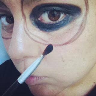 dibujando el ojo y luego pintando la parte de adentro color negro brillante