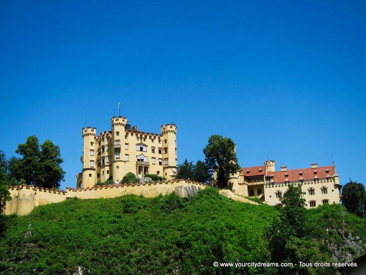 Füssen in Bayern: Schloss Hohenschwangau - Le château de Hohenschwangau, situé en face de Neuschwanstein, fut construit par le père de Louis II de Bavière. castle in Bavaria - https://www.yourcitydreams.com/voyage-en-baviere/chateaux/ - #Bavière #Allemagne