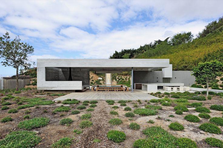 Construido en 2014 en Cape Town, Sudáfrica. Imagenes por Wieland Gleich. El proyecto forma parte de una renovación mayor a una villa independiente situada en lo alto de las laderas del Vlakkenberg. Los clientes exigieron...